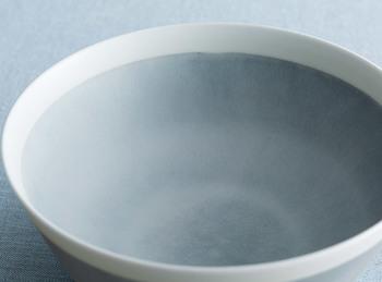このシリーズでは、イイホシさんの作品では初めて、真っ白な器も作られました。そして、このグレーは、イイホシさんの手作りの色合いを、量産できるようにと作られたこだわった色。大きい鉢は、煮物や刺身などを入れるのもいいようです。