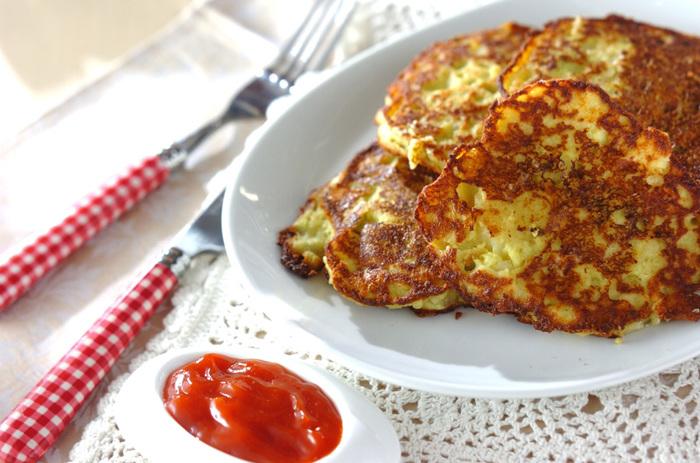 ペースト状にした枝豆と潰したじゃがいもを卵とチーズ、牛乳と混ぜて焼くだけのお手軽レシピ。薄力粉やホットケーキミックスは一切使わずに野菜だけで作るというのも嬉しい。