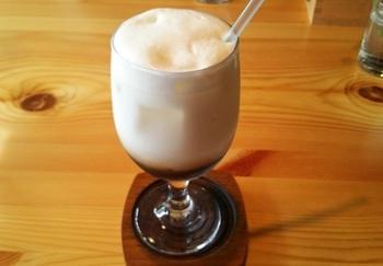 小布施牛乳をふわふわに泡立てた『アイスカプチーノ』。