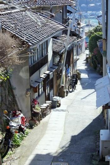 尾道水道沿いに続く狭い市街地から坂道が幾つも伸びて、尾道全体の景観が作られています。街を歩くとふと、こんな素敵な坂道に出会えます。
