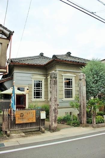 「まるみデパート」は、昔医院であった大正時代に建てられた建物をリノベーションした、小さなお店の複合施設です。診察室や調剤室、レントゲン室であった部屋が、カフェや化粧品店などになっています。週末の土・日のみ営業しています。