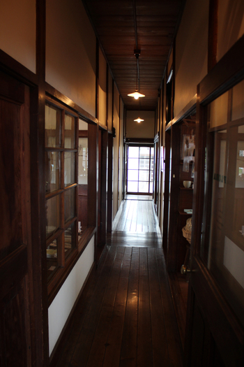 大正時代にタイムスリップしたような、建物内の廊下。まるみデパート内にあるカフェには、落ち着いた温かい雰囲気が漂います。