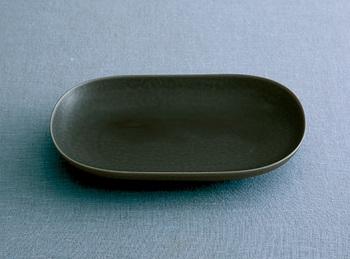 """均一でない""""もわもわ""""した表情が魅力的なシリーズ、ReIRABO。日本の伝統的な釉薬、伊羅保(イラボ)釉を用いながらも、今の暮らしに合うモダンな佇まいに。和食・洋食、どちらにも合う器は、毎日大活躍してくれます。"""