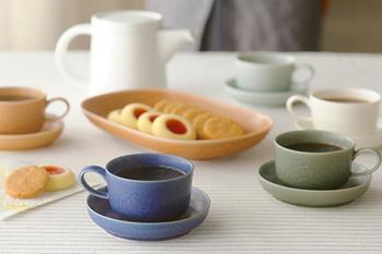 オーバルのお皿にお菓子を、そしてコーヒーカップのソーサーは、ラウンドライプの小さいサイズのものを使用。色違いも、同じシリーズのもので揃えると統一感が生まれて素敵ですね。