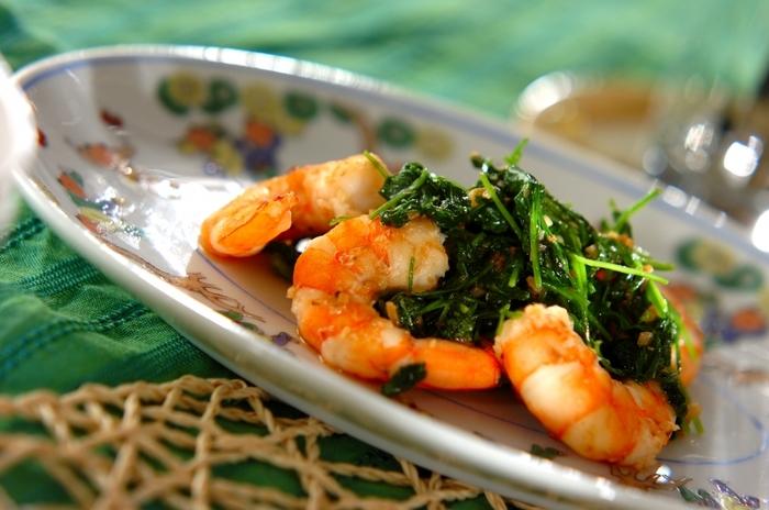 エビとルッコラをたっぷりと使ったシンプルな炒め物。炒め過ぎず味付けもシンプルにして、風味や食感を活かしましょう。