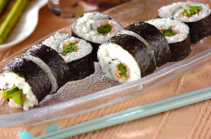 巻き寿司の具にもルッコラを使ってみましょう。相性のいい生ハムと合わせて、粒マスタードで味付け。たまにはおしゃれな洋風で新鮮に楽しむのもいいアイデアです。