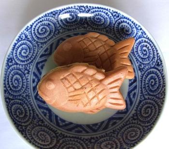 わずか8㌢という小さなたい焼き。和菓子屋さんの鯛焼きはあっさり上品なお味です。