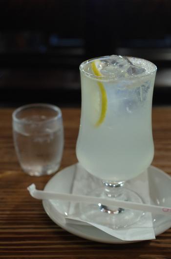 生ジュースのレモン。きりりと酸味の効いた、レモンの風味そのままのさわやかなジュースです。