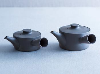 「お茶が大好き」というイイホシさんの手によって生まれた急須。釉薬を使わない、三重県独自の萬古焼という手法で作られていて、吸水性が低いのが特徴。1回ごとのお茶の匂いが急須に残らないんです。