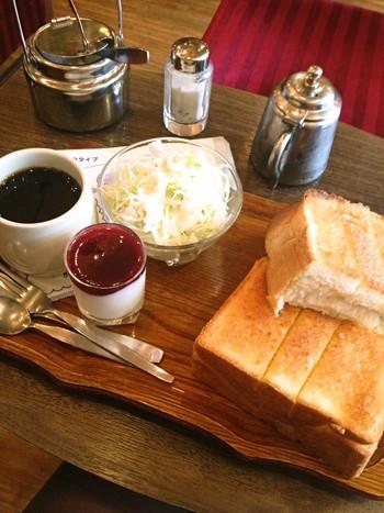 人気の琥珀セットは、トースト・ブルーベリーヨーグルト・サラダを楽しむことができます。