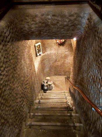 """創業35年の吉祥寺の老舗喫茶店""""くぐつ草""""は、380年もの歴史ある""""江戸糸あやつり人形劇団 結城座""""の劇団員によって作られた、幻想的な雰囲気の喫茶店です。 この不思議な地下へと延びる階段を下りてみましょう。"""
