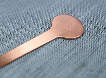 銅製は、次第に渋みを増し、経年変化が楽しめるのもポイント。使うほど味が出て、愛着が深まります。専用の銅磨きを使えば、輝きを取り戻すこともできます。