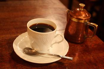 くぐつ草の名物のひとつコーヒーは、豆からこだわり抜かれて淹れられています。一番人気はキリマンジャロ。コーヒー通にもファンの多いのも納得の味わいです。