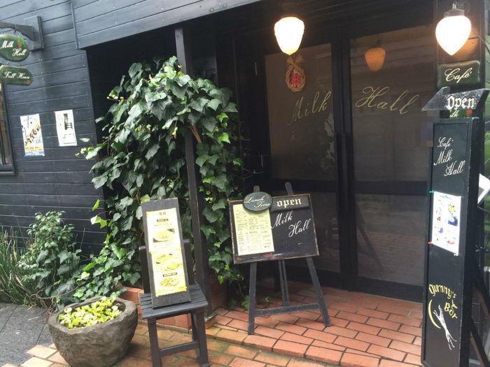"""鎌倉駅前の細い路地を入ったところにあるレトロな建物。大正時代のような雰囲気を醸し出すここは、鎌倉の老舗有名喫茶""""ミルクホール""""です。"""