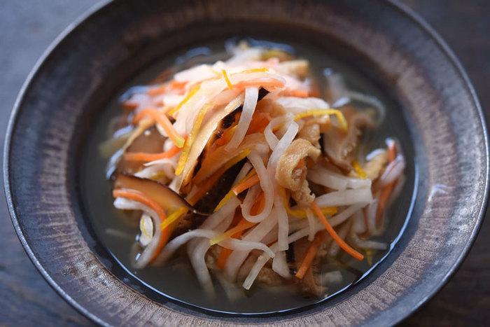 大根の白、人参のオレンジ、柚子の黄色と、彩りも風味もよくおもてなしにぴったり。出来上がりから数時間後たつと味が馴染んでよりおいしくなります。冷蔵で1週間ほど保存も可能です。