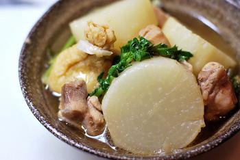 冬に旬を迎える『大根』は、主菜・副菜・汁物など様々な料理に変身できる優秀野菜です。一口に大根料理といっても、上部・真ん中・下部と部位によって味の違いや、向いている料理が異なります。今回は、大根の部位別におすすめレシピをご紹介します。