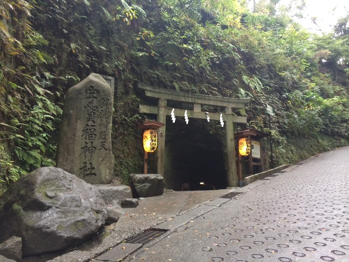 湧き水でお金を洗うと増えると云われる「銭洗弁天」。神社は、洞窟をくぐった向こう側に。