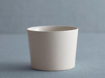 スケッチブックシリーズには、カップもあります。サイズは大きめで、口の部分が薄くなっているので、口当たりがいいのが特徴。コーヒーやお茶などはもちろん、スープやフルーツ、アイスクリームを入れても決まります。