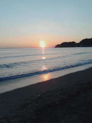 こちらは由比ヶ浜の夕暮れ。 相模湾に接する「鎌倉」の海から西を望めば、江ノ島の向こうに伊豆半島、富士山が眺められます。  陽射し厳しい海岸沿いの町でも、陽が落ちる頃には気温も下がり、涼やかで快適。せっかく鎌倉を訪れたのなら、夕暮れ時の景色も楽しみましょう。夕暮れの海岸をのんびり散策するだけで、1日の疲れも夕日と共に沈んでいきますよ。