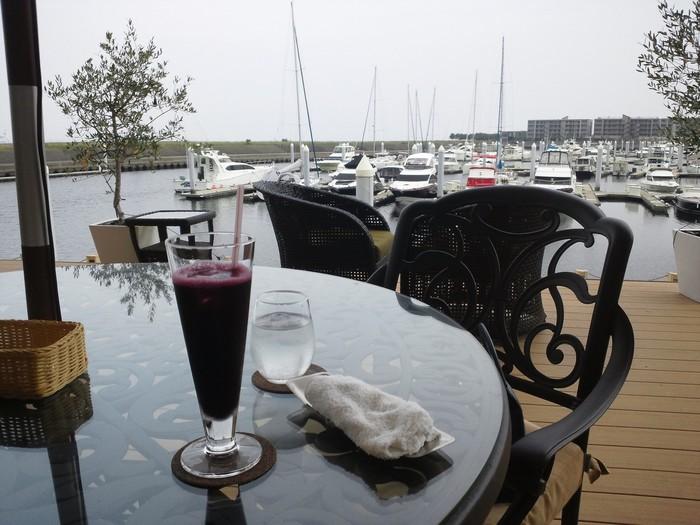 「芦屋マリーナ」内にあるレストラン「マレロッソ」。ヨットハーバーに面した素敵な空間で、ランチやBBQを楽しめるお店です。