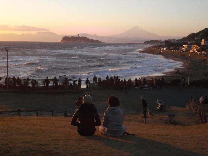 夕暮れはとても素敵です。友人や恋人同士、そして家族でのんびり。ゆったりと湘南の風を感じながら、休憩しましょう。(画像は鎌倉海浜公園 稲村ヶ崎地区から。)