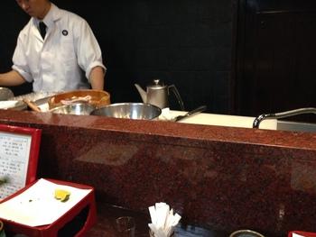 板前さんが目の前で揚げるスタイルの天ぷら専門店「天がゆ」。ランチもひとつひとつ揚げたてを提供してくれます!