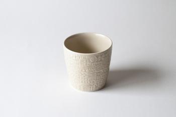 鳥や花のパターンかわいいBIRDS' WORDSのカップ。深いコップのような形は、プリンのようなデザートにぴったりです。