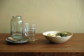 汎用性の高いディーププレートは、同じシリーズで複数枚揃えると食卓に統一感が生まれます。