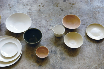 表面にできた細やかなひび模様が美しいDune ceramic(デューンセラミック)シリーズ。手作業ならではのゆらぎと、ぬくもりある土の質感が、ずっと使い続けたくなる愛着を抱かせます。
