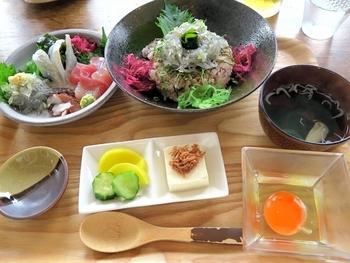 イチオシは、「特上しらす丼」。【画像は「特上稲食定食¥2000(土日限定)」