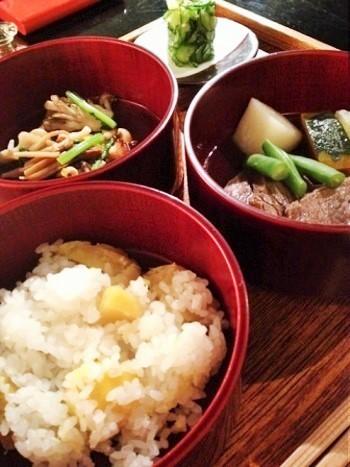 10月のとある日のメニュー『季節の三段重ね料理』。牛肉と冬瓜、カボチャなどの炊き合わせ、焼茸の菊浸し、胡瓜の香の物など。