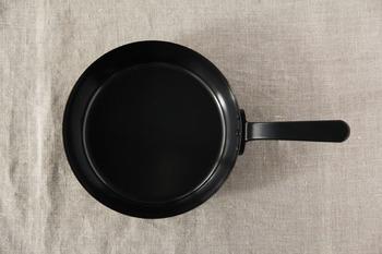 人気の料理研究家、有元葉子さんのブランド「la base(ラ バーゼ)」の鉄フライパンです。オーブンに入りやすいよう、持ち手が短く作られているそうです。こちらも錆びにくくこびりつきにくいように工夫されています。