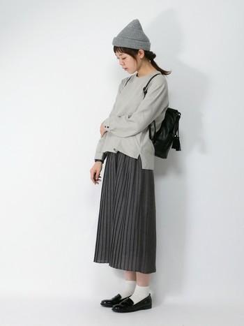 全体をグレーでまとめたコーディネートは、流行のプリーツスカートにリネンのトップスを合わせて。リュックと小物は黒にして変化を付けると◎。足元をローファーにすることで大人可愛い印象に。