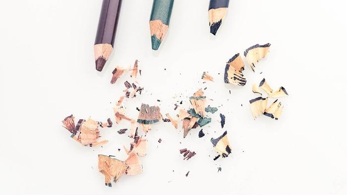 シャープなラインが魅力のリキッドタイプもいいけれど、ペンシルタイプのやわらかラインが春らしくておすすめ。 シャープナーで削って、描きやすい状態をキープして。