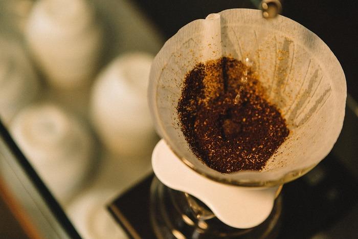 先ほどのお花、なんとコーヒーのフィルターで作られていたのです。キッチンアイテムがかわいらしい加湿器に変身するなんて意外ですよね。普段コーヒーを飲まない方も、100円ショップで手に入れることがきるアイテムなので取り入れやすいはず。