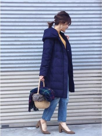 カジュアルアイテムのデニムも、トレンドの太ヒールと合わせてきれいめな印象に。もこもこのロングダウンコートは品があって女性らしい印象に。カラーのあるアイテムと合わせて、大人っぽい仕上がりに!
