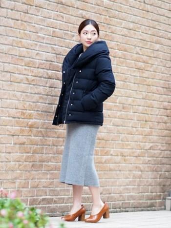 ボリューミーなダウンは、上品で女性らしくとってもおすすめです。タイトスカートなど、同じく上品で女性らしいフォルムのボトムスで合わせて。