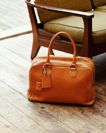 置いてあるだけで絵になるバッグです。箱型マチで収納力たっぷり。使い続けるほどに、くったりと馴染んでいくのがうれしいですね。