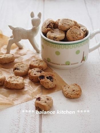 卵、バター不使用の低カロリーが嬉しい黒糖くるみクッキーは、材料を手で混ぜるだけの簡単調理。サクサク食感がたまらない、あとひく美味しさです。