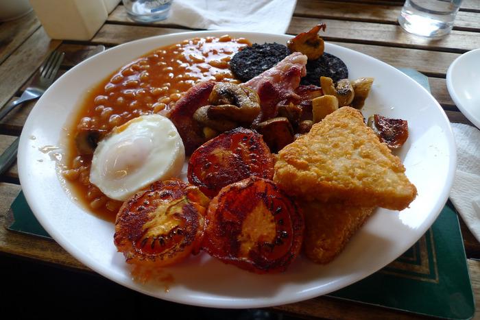 ソーセージやベーコンなどの肉類、卵料理、ベイクドビーンズ、トマト、マッシュルーム、ブラックプディング、トーストなどが主な食材として並ぶプレートは、量・質ともにボリューム満点。紅茶とともにいただきます。