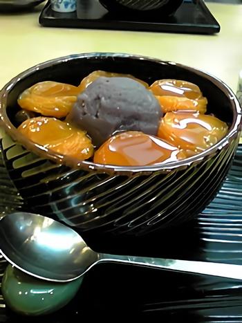 ドドーンと大ぶりの杏がたっぷり!こちらも人気の「杏あんみつ」。黒みつをたっぷりとかけて、天然のテングサで作った寒天と一緒にいただきます。杏の甘酸っぱさが餡子の甘みをさわやかにしてくれます。