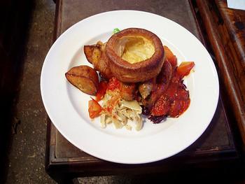 イギリスの食文化で外せないのは、やはり「サンデー・ロースト(Sunday Roast)」。イギリスの伝統的な日曜のランチメニューで知られ、ローストした肉に、ジャガイモやヨークシャー・プディング(Yorkshire pudding)、茹でた野菜を添えていただきます。