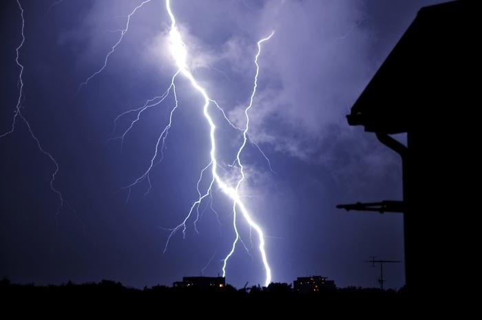 雷が鳴り響かなくなる季節。夏の間、夕立とともにゴロゴロと鳴り響いていた雷も鳴りを潜めてくる頃です。俳句の季語では「雷」は夏、「稲妻」は秋に分類されています。