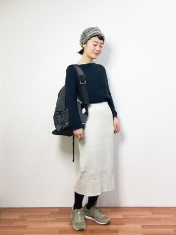 シンプルなスカートスタイルに、リュックとスニーカーなどカジュアルなアイテムをコーディネートしています。マリメッコのリュックはマザーズバッグとして人気のアイテムです。ファーのヘアバンドでを合わせるとトレンド感のある雰囲気に。