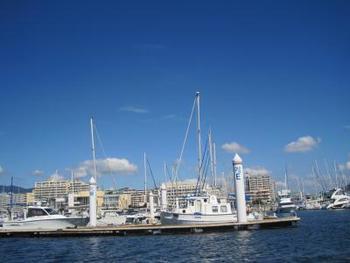 芦屋市の南、人工島に位置する「芦屋マリーナ」。ヨットハーバーに面した敷地内には、レストランやフィットネスクラブなど様々な施設があります