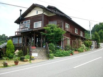 紀美野町にあるパン屋さん「ドーシェル dooshel」。  カフェが併設されているので、ランチ目当てで訪れる人もたくさん。  山の上にあるのに、休日は大行列ができることで有名です。