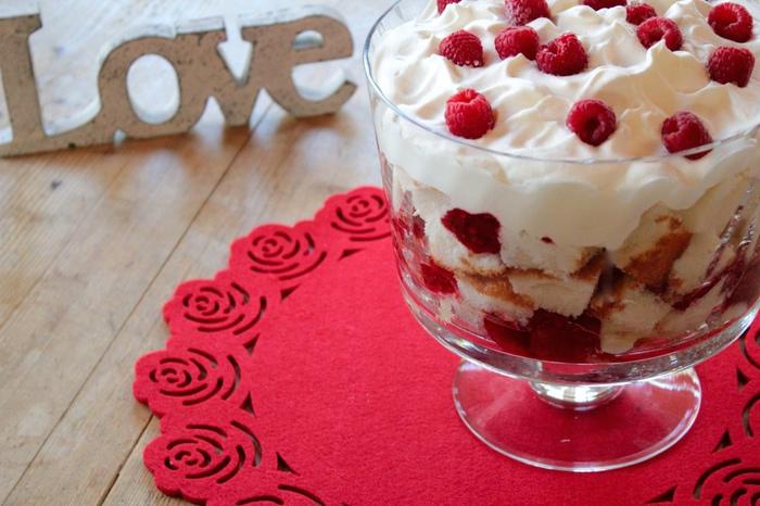 スコーンやトフィーに代表される、見た目も味も素朴なデザートが多いイギリスのお菓子たち。そんな中、ひときわ目を引く色鮮やかな可愛いお菓子「トライフル(Trifle)」。カスタード・クリームに、スポンジケーキ・生クリーム・苺などのフルーツ・ジャムなどを、器の中に層状に重ねた甘さたっぷりのデザートです。フルーツとスポンジケーキを下層に、カスタード・クリームや生クリームを上層に重ねるのが一般的。