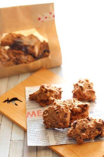 中身の見えるクラフト袋に入れた、チョコチップ&クルミのロッククッキー。ごろごろとクッキーが詰まったナチュラルなラッピングは、飾らず気取らずな雰囲気なので気軽に会社やお友達に配るのにおすすめです。