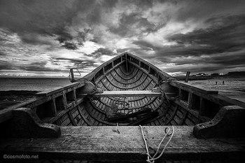 アランニットは6世紀のアイルランドのアラン諸島が発祥で、フィッシャーマンズセーター(漁師の仕事着)のうちのひとつです。やや厚手のウールでできているのは、過酷な寒さの中で漁をしなければいけなかった為です。防寒・防水性に大変優れているといわれています。アランニットの最大の特徴である編み方・編み目は「アラン模様」という伝統的な模様です。
