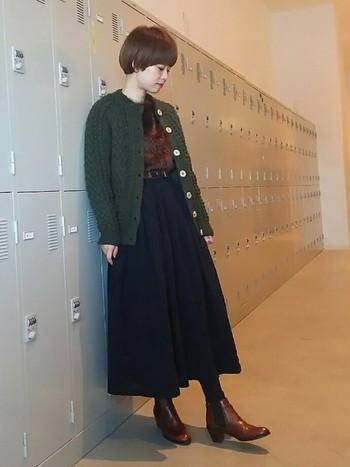 「INVERARALLAN(インバーアラン)」のカーディガンは男女問わず人気です。セーターとは違う着こなしを楽しみましょう。